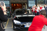 Stor ståhei da de første Model S-bilene ble levert