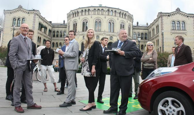 Stortingspolitikere samlet på Løvebakken i forbindelse med klimaforliket i fjor. Frps Bård Hoksrud står til høyre.
