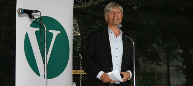 Ola Elvestuen er klar på at elbilen har sin soleklare plass i kollektivfeltet