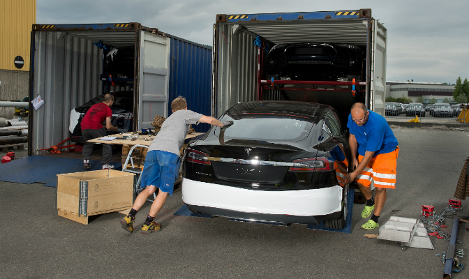 Model S ankommer Drammen havn i containere - fire i hver - montert på rack. Etter lossing starter klargjøringen.