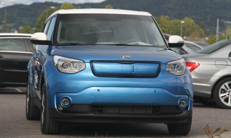Elektriske Kia Soul, som er på vei inn på det norske markedet, er utstyrt med varmepumpe - uten at myndigheter har stilt krav om det. VW e-Golf er blant andre modeller som etterhvert vil bli vanlige med denne løsningen.