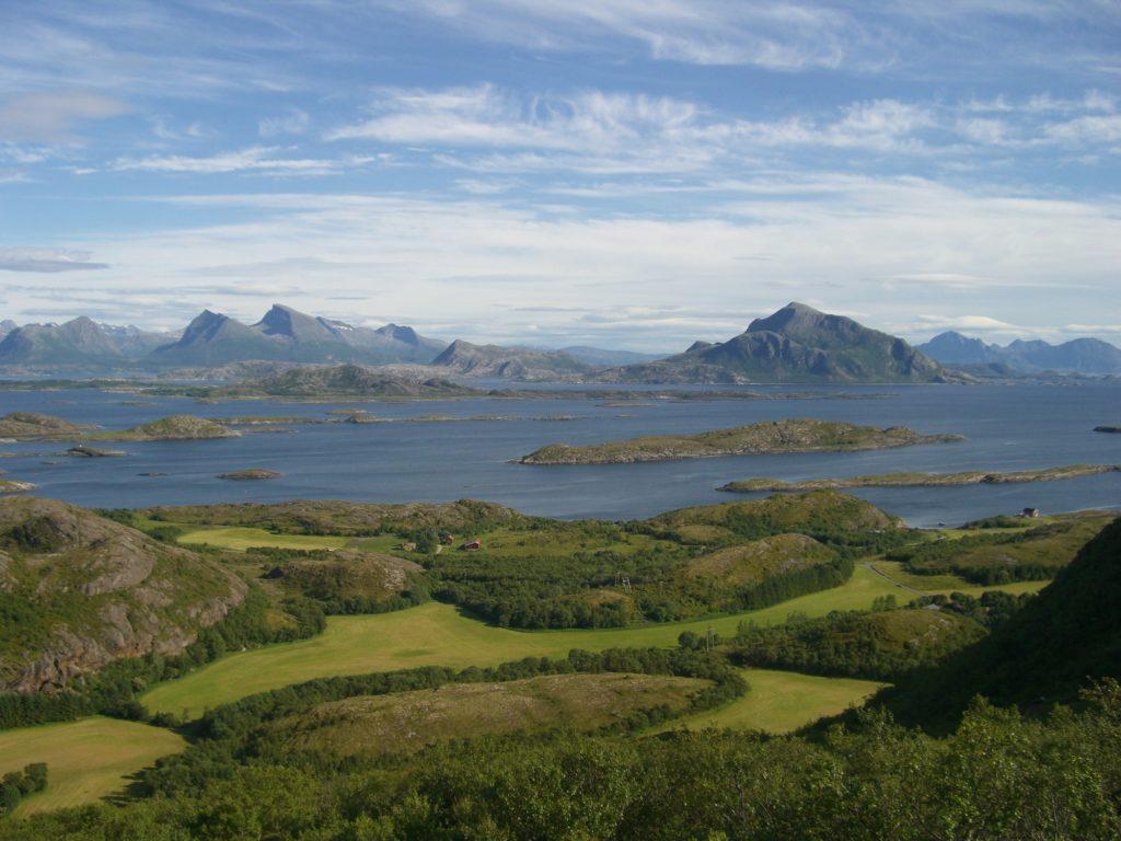Elbilferie på Helgeland med flott utsikt til Træna