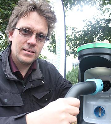 Snorre Sletvold med den nye elbilkontakten