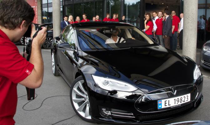 Bil nummer to ut av Teslas showroom tilhører Nikolai Astrup.