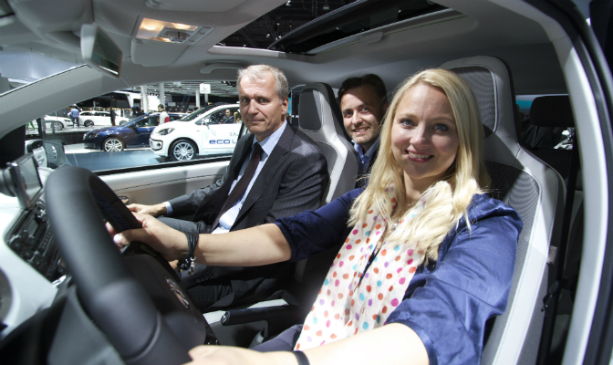 VW-informasjonssjef Anita Svanes, administrerende direktør Terje Male og miljøbilansvarlig Kenneth Rombo Oddaker på plass i lille e-Up!