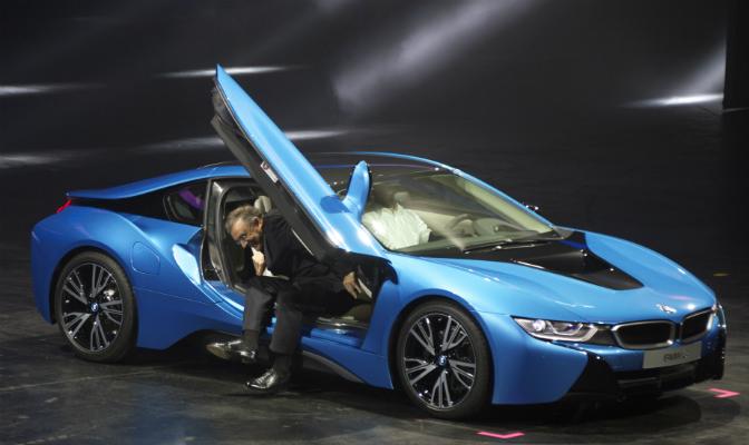 BMW-toppsjef Norbert Reithofer ankommer presssekonferansen som offisielt åpnet Frankfurt-utstillingen. Det skjedde selvsagt i nye i8.