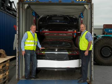 Terje Alm (t.v.) i Green Carrier Shipping & Logistics og Einar Olsen, havnedirektør Drammen havn tar imot hundrevis av elbilen Tesla S i disse dager.