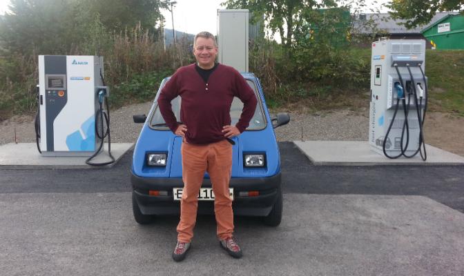 Leder Eivind Falk i Mjøsen og omegn elbilforening med hurtigladerne før de forsvant