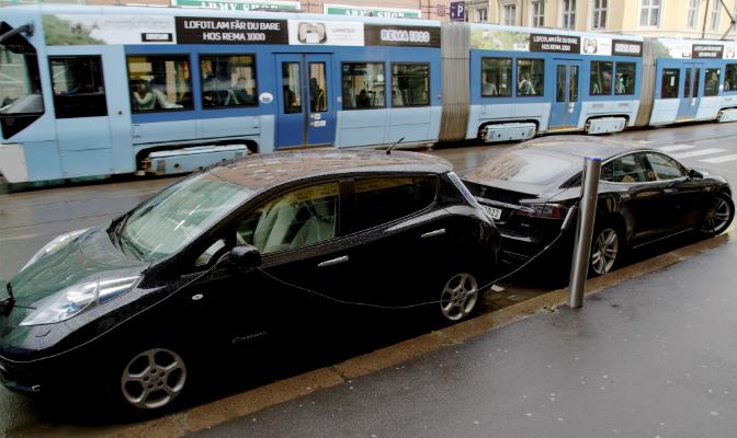Tesla Model S blir stadig mer synlig i bybildet i Oslo. Her sammen med Nissan Leaf