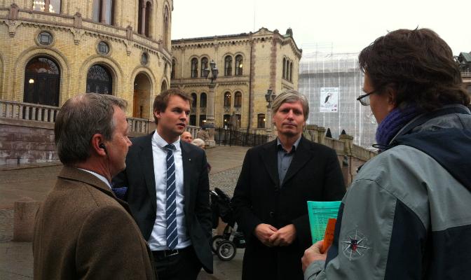 Lederen av energi- og miljøkomiteen på Stortinget, Ola Elvestuen (V), mottok torsdag underskriftslisten.