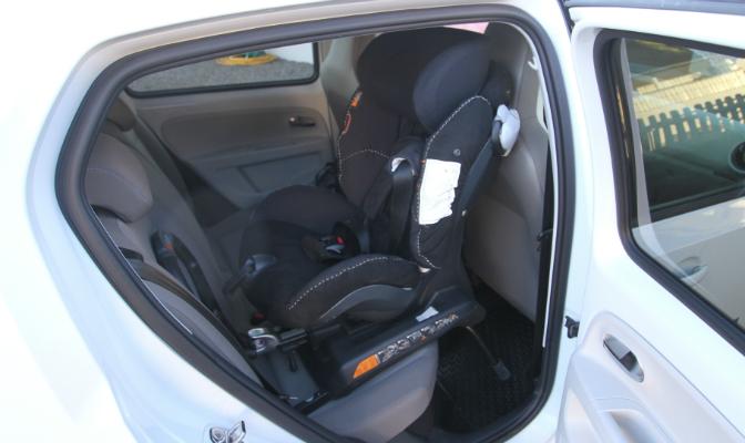 Bilen er liten, men bakovervendt barnesete går greit.