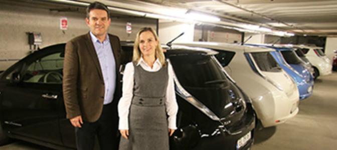Fylkesordfører Tom-Christer Nilsen og fylkesvaraordfører Mona Hellesnes er fornøyde med satsingen på hurtiglading for elbil i Hordaland. Fylkesadministrasjonen tar også elbiler på alvor: 21 parkeringsplasser er reservert for elbil. 16 av dem har ladepunkt. (Foto: Bjarte Brask Eriksen)