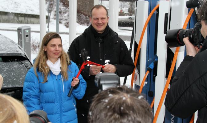 Saltos utvikligssjef Hedda Heyerdahl Braathen og samferdselsminister Ketil Solvik-Olsen (Frp) poserer ved hurtigladeren.