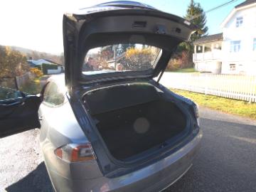 Model S har stort bagasjerom - eller plass til sju.