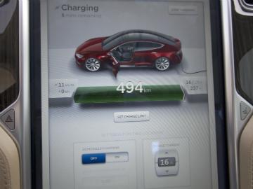 Berøringsskjermen i Model S og ladestatus
