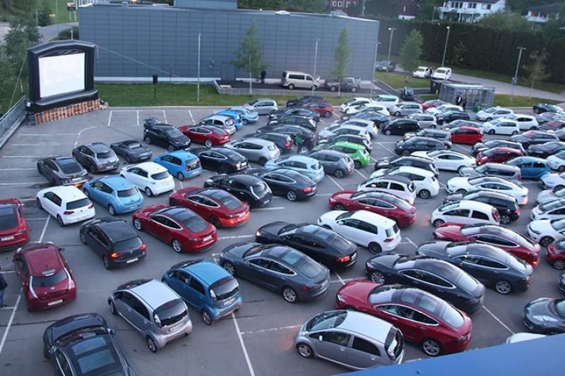 Ny verdensrekord med 142 elbiler på drive-in-kino