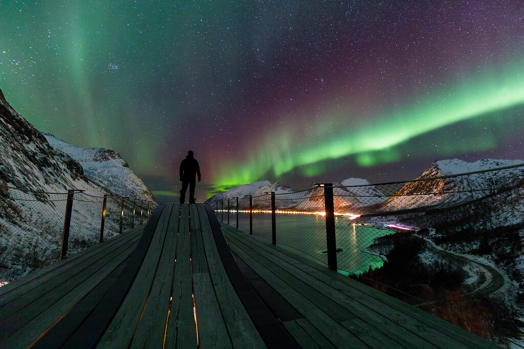 Vinternatt med nordlys på Bergsbotn utsiktsplattform, Nasjonal turistveg Senja.