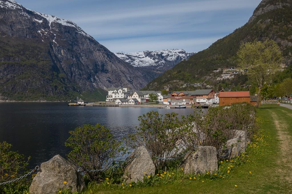 Eidfjord innerst i Hardangerfjorden. Her er vestre ytterpunkt på Nasjonal turistveg Hardangervidda.