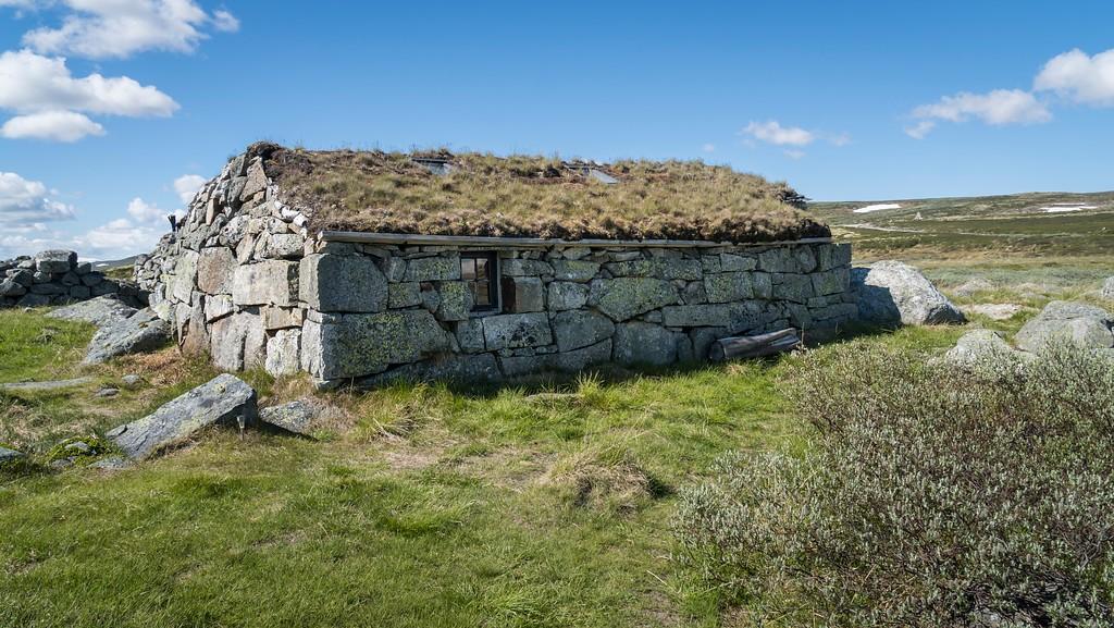 Gammel stølsbygning ved Tinnhølvegen, sideveg fra Nasjonal turistveg Hardangervidda.